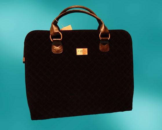 Качественная замшевая сумка.  Внутри: средник на молнии, карман...