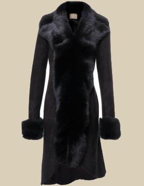 Короткая черная дубленка хорошо будет смотреться с длинными вязаными платьями и высокими