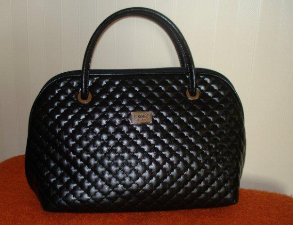 Сумочка имеет простую, элегантную форму.  Такие сумочки обычно...